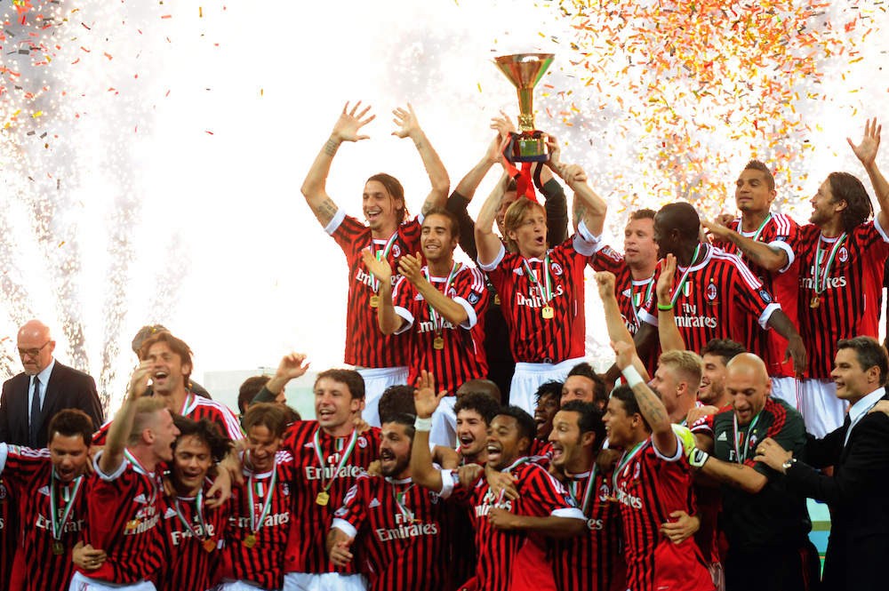 AC-Milan-players-hold-the-Scudetto-troph