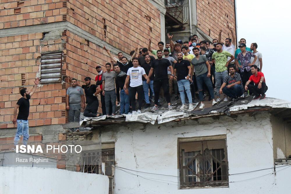 حضور هواداران نساجی روی سقف خانه ای فرسوده!