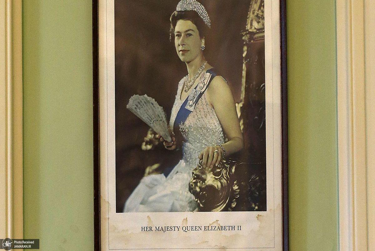 عکس ملکه انگلیس در دانشگاه آکسفورد پایین کشیده می شود