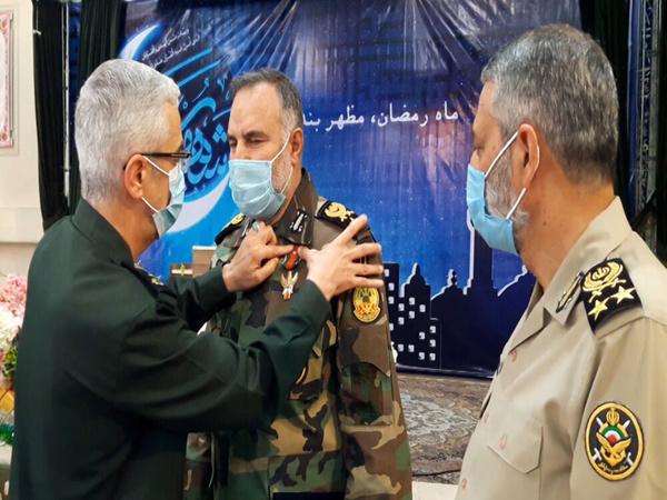 با موافقت فرمانده معظم کل قوا؛ نشان درجه یک فتح به فرمانده نیروی زمینی ارتش اعطا شد