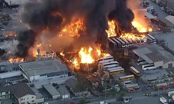 آتش سوزی مهیب در منطقه صنعتی کالیفرنیا+عکس