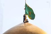 تعویض پرچم گنبد حرم امام رضا(ع)