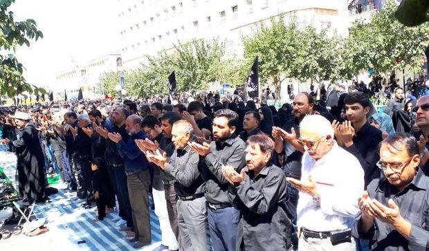 هیاتهای عزاداری مشهد نماز ظهر عاشورا را به جماعت اقامه کردند