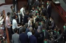 کتک کاری نمایندگان مجلس هنگ کنگ در صحن علنی