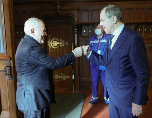عکسی از دست دادن کرونایی ظریف و لاوروف در مسکو
