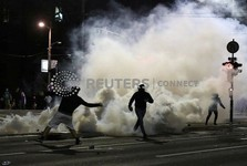 معترضان به قرنطینه در صربستان به پارلمان حمله کردند+عکس