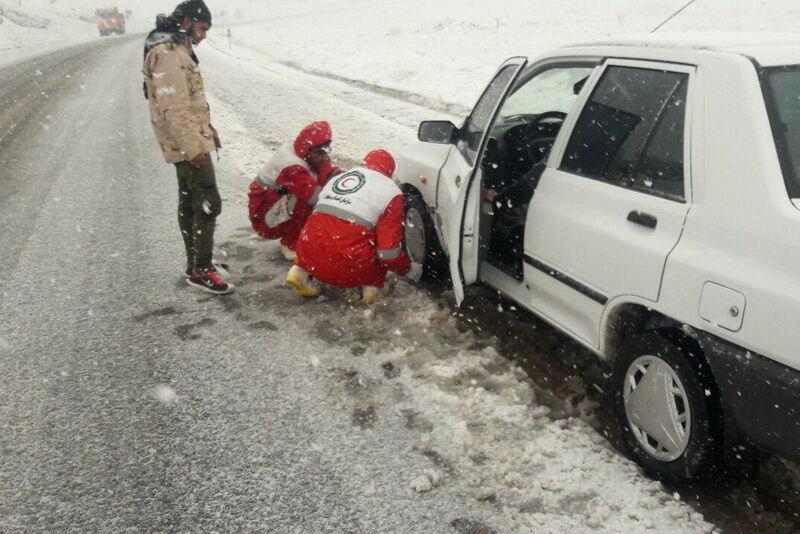 هلال احمر کهگیلویه وبویراحمد به ۳۰۲ خودروی گرفتار در برف کمک کرد