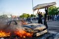 رد شدن ماشین از روی معترضان آمریکایی