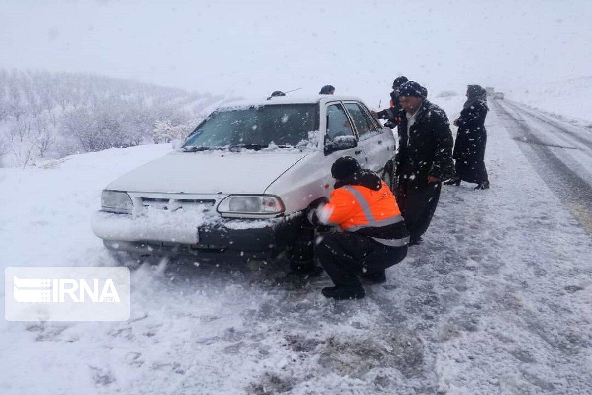 نجات بیش از ۱۲۰ خودرو از برف و کولاک محور اشنویه - پیرانشهر