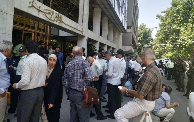 اعضای تعاونی مسکن شهرداری منطقه 18 مقابل شورا تجمع کردند