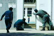 دلهره و تردید و ترس در چهره ی کودک افغانستانی حاضر در مسجد مورد حمله تروریستی واقع شده ی کابل + تصویر