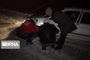 امدادرسانی هلال احمر الشتر به سرنشینان خودروی گرفتار شده در سیلاب