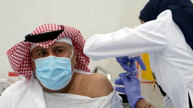 عربستان تزریق واکسن ضد کرونا برای کارکنان را اجباری کرد
