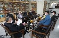 حضور مسجد جامعی در کتابفروشی حافظ و اهدای گل به همسایگان آن (7)