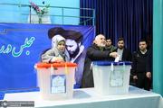 حضور محمدجواد ظریف و همسرش در حسینیه جماران برای شرکت در انتخابات