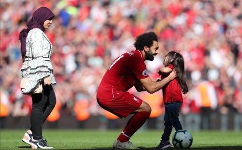 محمد صلاح و همسر و دخترش در استادیوم آنفیلد+ تصاویر