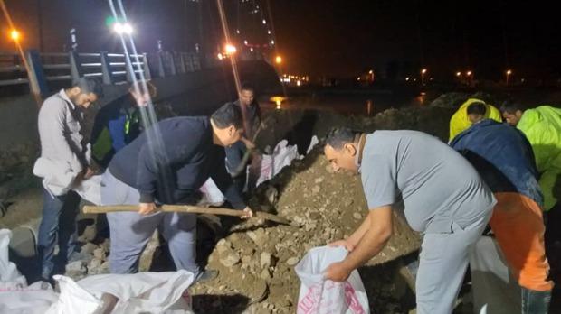 مردم آبادان برای جلوگیری از ورود جریان سیل وارد عمل شدند