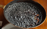 چگونه ظروفی که غذا درون آن سوخته است را بشوریم؟