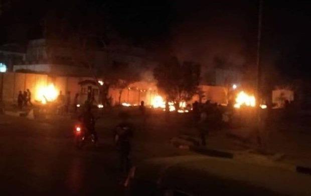 کیوسکهای اطراف کنسولگری ایران در کربلا به آتش کشیده شد + عکس و فیلم