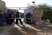 ورود سیلاب به روستای سید خلف اهواز  کمک آتش نشانان به مردم روستا