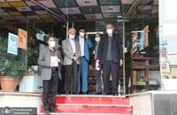 حضور مسجد جامعی در کتابفروشی حافظ و اهدای گل به همسایگان آن (11)