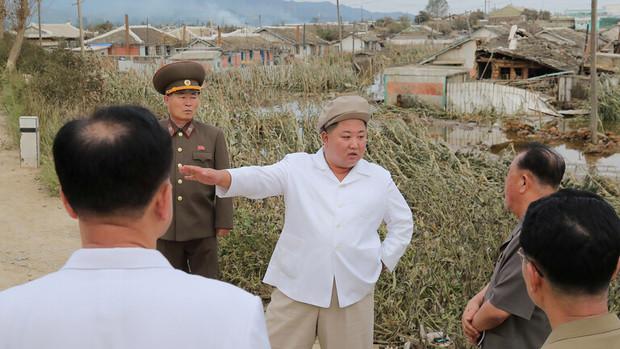 بازدید میدانی رهبر کره شمالی از مناطق آسیب دیده از سیل+عکس
