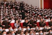حضور رهبر کره شمالی و همسرش در یک نمایش بدون ماسک+عکس