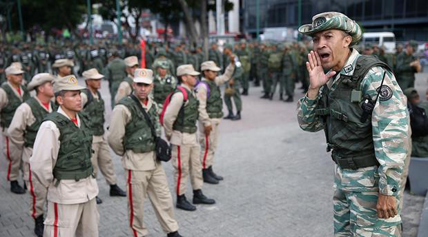 دولت کلمبیا ده ها نظامی متمرد هوادار رهبر مخالفان ونزوئلا را اخراج کرد