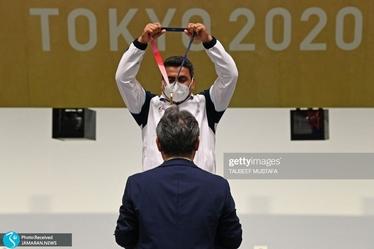 لحظه اهدای مدال جواد فروغی/ تاریخ سازی تیرانداز ایرانی در المپیک+ویدیو