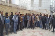 جمعی از کارگران فولاد زرند به وضعیت استخدامی ها در این شرکت گلایه دارند