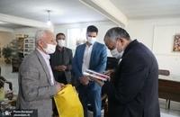 حضور مسجد جامعی در کتابفروشی حافظ و اهدای گل به همسایگان آن (5)