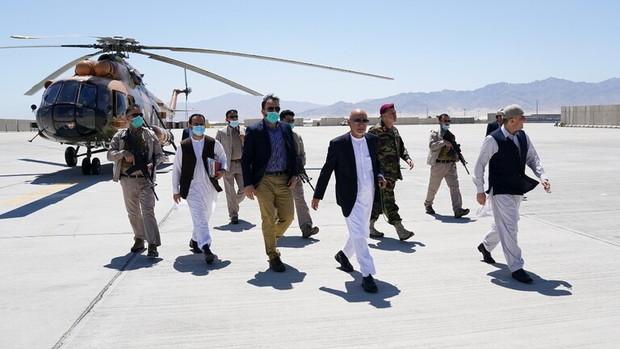 طالبان مناطق مختلف را تصرف می کند غنی از پایگاه نظامی بازدید می کند!