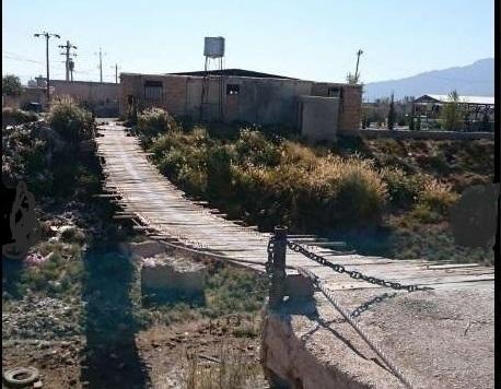 پل چوبی روستای رحمت آباد بخش زرقان شیراز همچنان معلق است