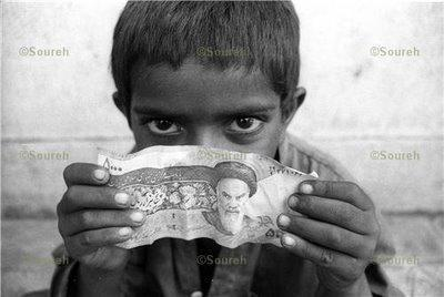 ضدعفونی کردن دستان کودک کار توسط مامور پلیس/ ویدیو