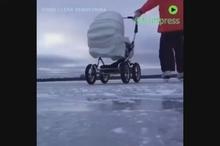 سرسره بازی با بچه ی کوچک روی برف !