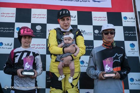 بانوی موتورسوار ایرانی با نوزادش روی سکوی قهرمانی/ عکس