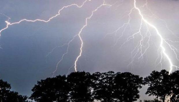براثر رعد و برق شدید برق تعدادی از روستاهای دلگان قطع شد
