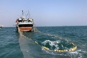نیروی دریایی سپاه ۷ کشتی صیدترال را متوقف کرد