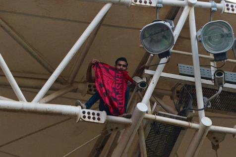 اقدام خطرناک هوادار پرسپولیس در اهواز+عکس